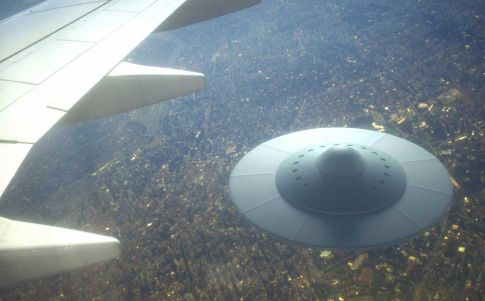 Un OVNI se posa sobre un vuelo de pasajeros de American Airlines