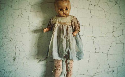 Encuentran una muñeca con una inquietante nota detrás de una pared