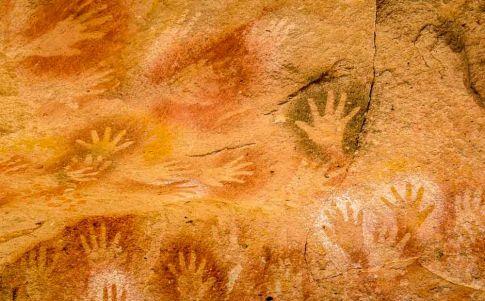 Identifican las huellas rupestres más antiguas del mundo