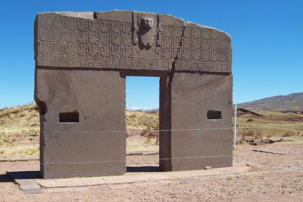 Puerta de acceso al antiguo templo de Kalasasaya en Tiahuanaco (Bolivia), guarda similitudes con las fachadas de las catedrales cristianas