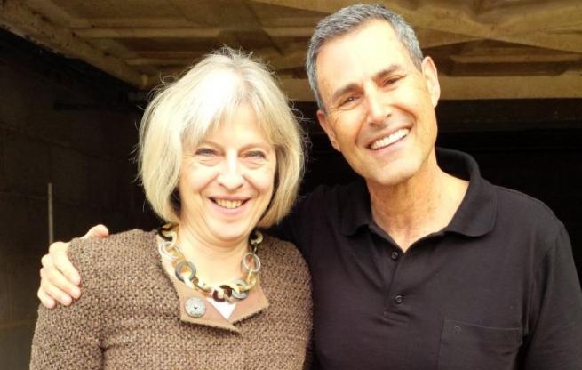 Uri Geller con la primera ministra británica