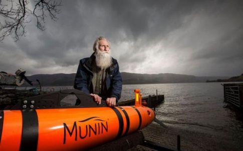 Adrian Shine posa junto al robot que explora el lago Ness