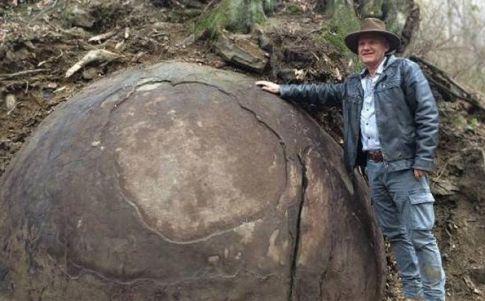 Semir Osmanagic posa junto a la misteriosa roca