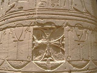 Una de las cruces pateadas del templo de Isis en Philae