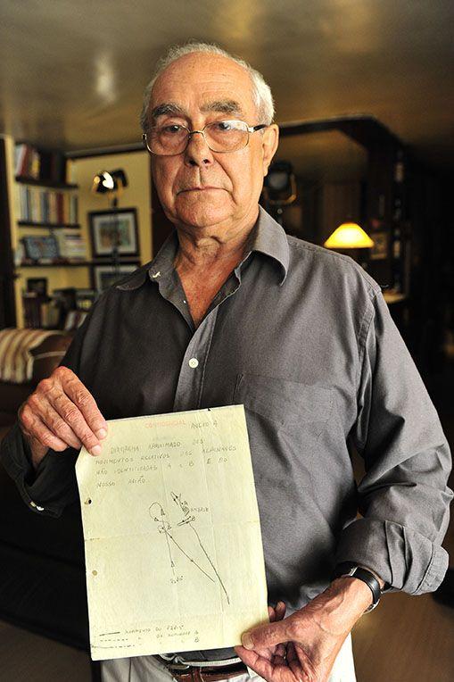 El teniente coronel Carlos Marques Pereira muestra el informe de su caso